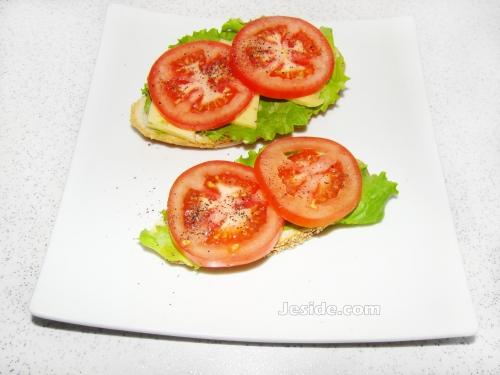 бутерброды с помидорами, бутерброды с помидорами и сыром, бутерброды с помидорами фото, бутерброды с листьями салата